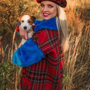 Płaszcz w czerwoną kratę z niebieskimi futrzanymi rękawami - Płaszcz Krata Futerko