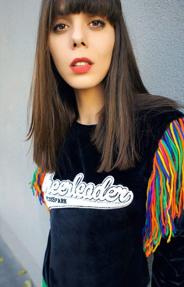 Welurowa, czarna bluza z barwnymi frędzlami - Bluza Cheerleader