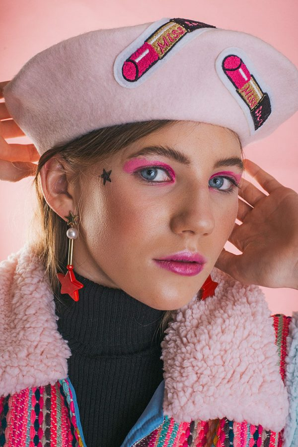Piękny, jasno różowy beret w amarantowe szminki.