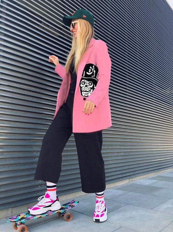 Różowa, sztruksowa długa marynarka w rockowe czaszki w zabawnych nakryciach głowy - Długa Marynarka Czaszki