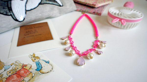 Różowy neonowy naszyjnik z pięknymi kryształkami.