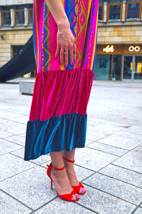 Barwny płaszcz maxi w azteckie wzory.