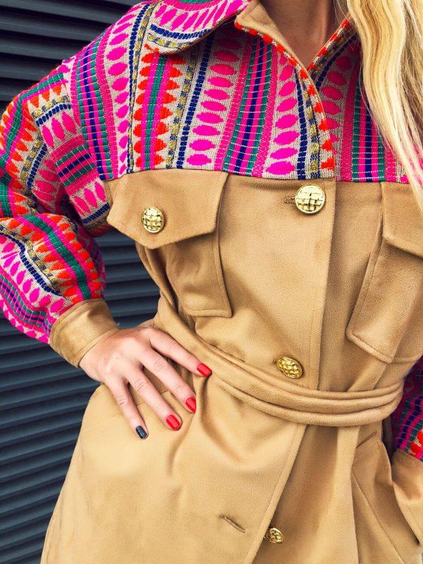 Płaszcz w stylu bohemy artystycznej przeplatany złotą nicią.