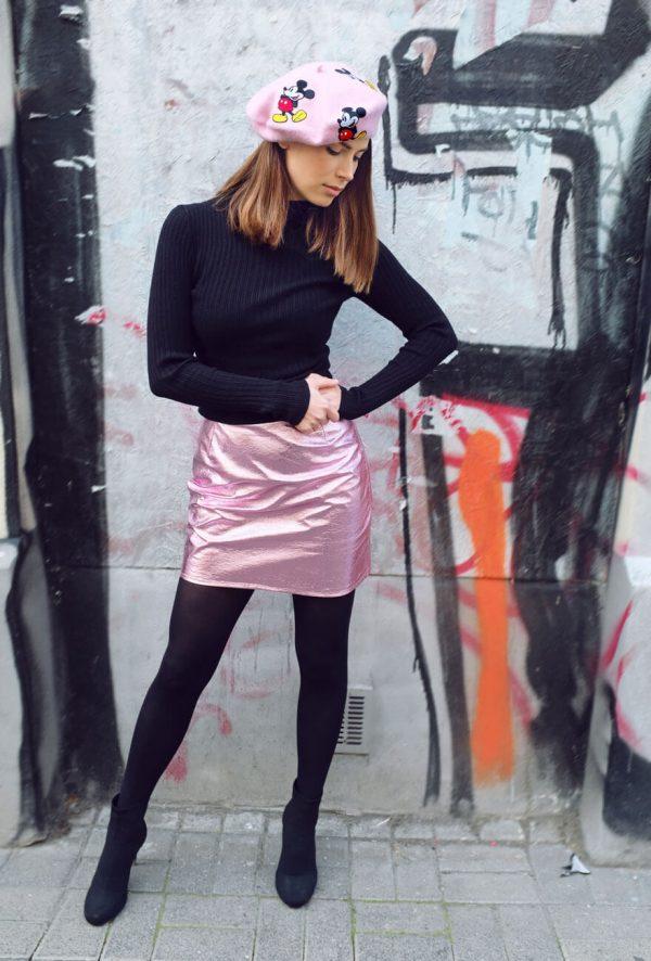 Błyszcząca różowa spódniczka mini.