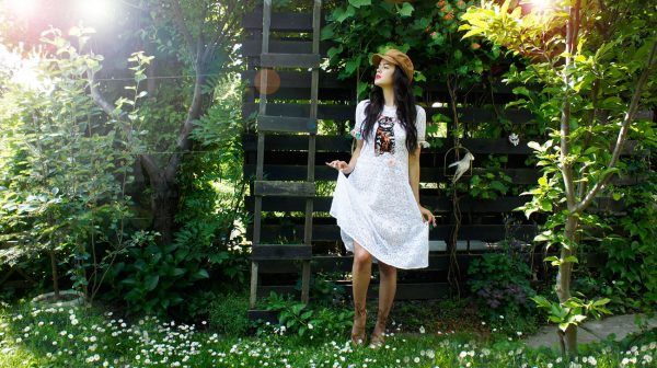 Biała koronkowa midi sukienka.