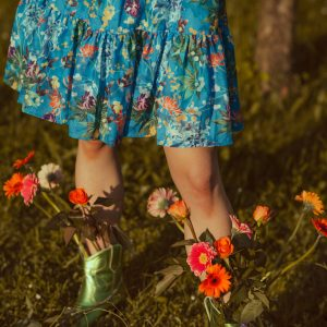 Niebieska sukienka w kwiaty