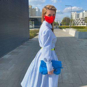 Sukienka w delikatną, błękitna kratkę z bufiastymi rękawami i dużą falbaną na dole - Sukienka Krata Błękitna