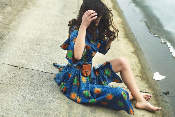 Niebieska sukienka we wzór paisley