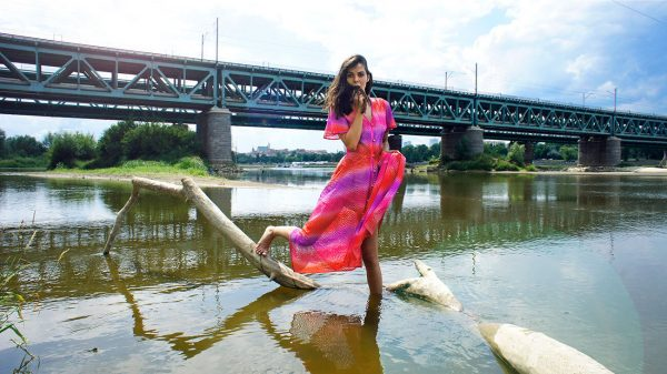 Koronkowa sukienka w stylu bohemy artystycznej.