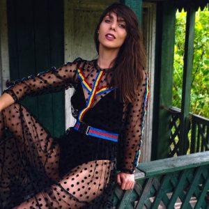 Czarna sukienka w kropeczki o długości maxi.
