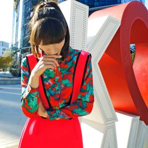 Nowoczesna, czerwona sukienka na szelkach