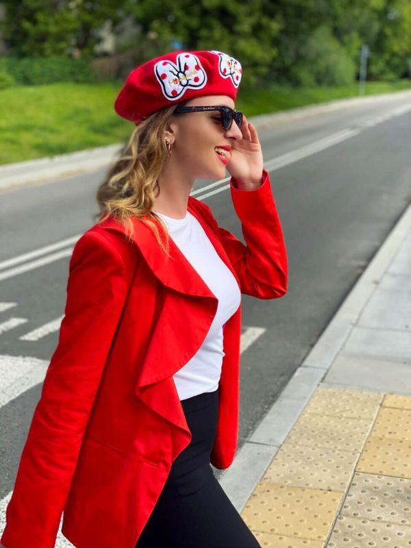 Czerwona marynarka z ozdobną listwą