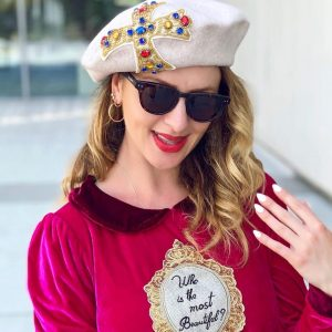 Beżowy beret z piękną, ręcznie robioną aplikacją.
