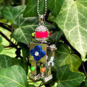 Naszyjnik robot w kolorze srebra z neonowymi detalami.