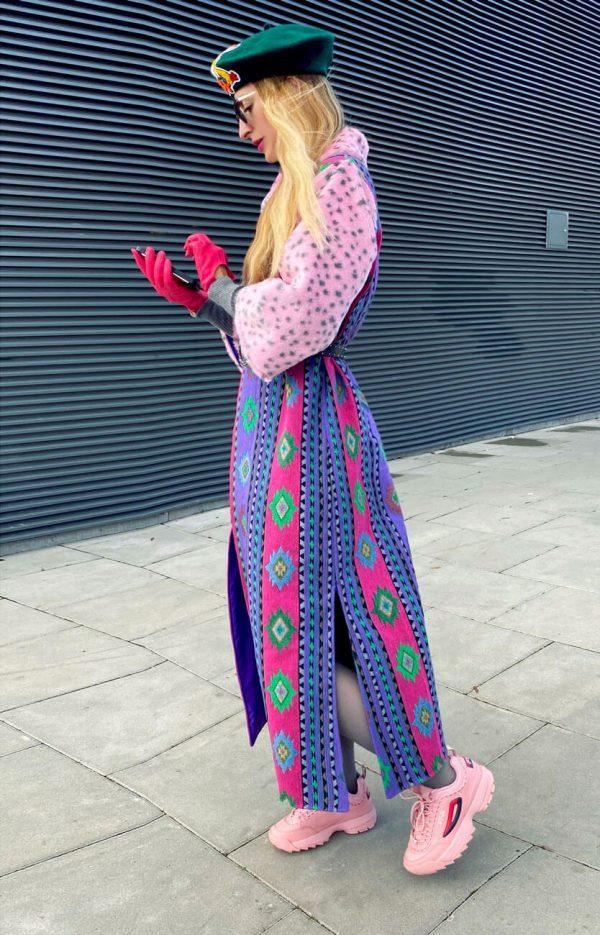 Płaszcz aztecki fioletowy z różowym futrem we wzór leoparda.