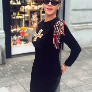 Czarna, welurowa sukienka z ręcznie tworzona aplikacją i frędzlami.