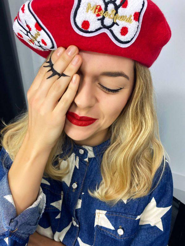 Czerwony beret z super aplikacjami.