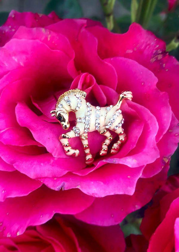 Broszka Koń ecru, diamentowy