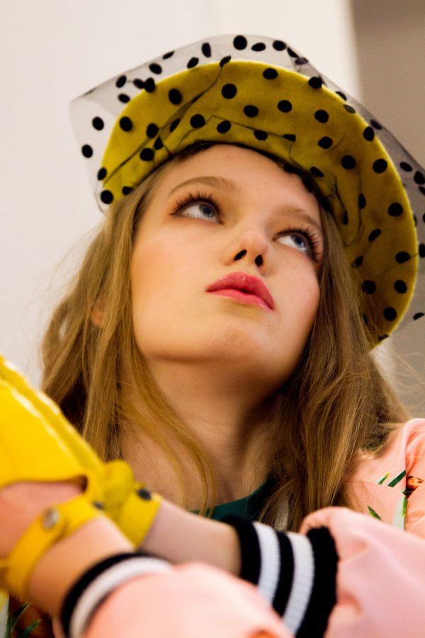 Żółty beret z woalka w kropki