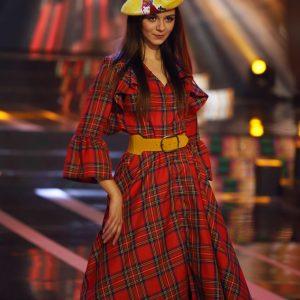 Długa sukienka w czerwoną kratę
