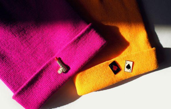 Żółta czapka z kartami