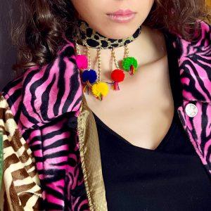 Obróżka w stylu bohemy z barwnymi zawieszkami.